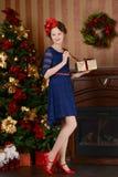 La chica joven está esperando la Navidad Imágenes de archivo libres de regalías