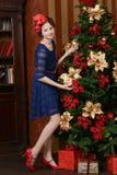 La chica joven está esperando la Navidad Foto de archivo