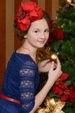 La chica joven está esperando la Navidad Fotografía de archivo