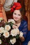 La chica joven está esperando la Navidad Fotos de archivo