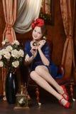 La chica joven está esperando la Navidad Fotografía de archivo libre de regalías
