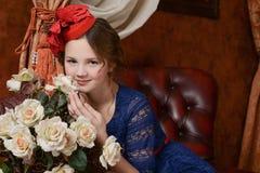La chica joven está esperando la Navidad Foto de archivo libre de regalías