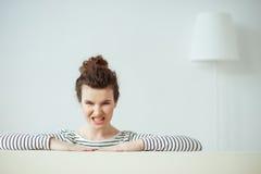 La chica joven está expresando sus emociones negativas fotos de archivo libres de regalías