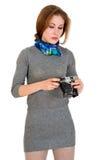 La chica joven está mirando la cámara del vintage Imágenes de archivo libres de regalías