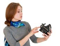 La chica joven está mirando la cámara del vintage Imagen de archivo