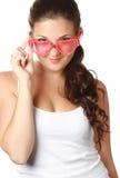 La chica joven está sosteniendo las gafas de sol rojas Imagen de archivo libre de regalías