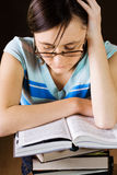 La chica joven está leyendo un libro Imagenes de archivo