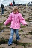 La chica joven explora nervioso Imagenes de archivo