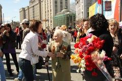 La chica joven felicita al veterano de la guerra Foto de archivo
