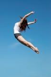 La chica joven feliz encendido al aire libre Imagenes de archivo