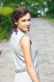 La chica joven fina con una alineada ligera imagenes de archivo