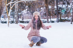 La chica joven goza en invierno Imagen de archivo libre de regalías