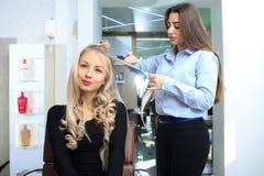 La chica joven hace el peinado en un salón de belleza foto de archivo libre de regalías