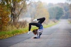 La chica joven hace fracturas Fotografía de archivo libre de regalías