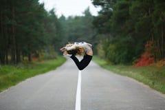 La chica joven hace fracturas Fotografía de archivo