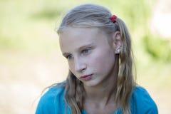 La chica joven hermosa al aire libre, los niños del retrato se cierra para arriba Imagen de archivo libre de regalías