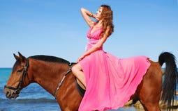 La chica joven hermosa baila en costa Imagen de archivo libre de regalías