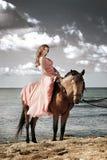 La chica joven hermosa baila en costa Fotografía de archivo