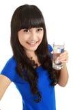La chica joven hermosa bebe el agua del vidrio Imagen de archivo