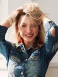 La chica joven hermosa con un pelo justo largo Fotos de archivo libres de regalías