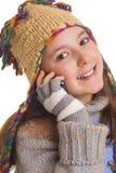 La chica joven hermosa en invierno caliente viste hablar en su ce Foto de archivo libre de regalías