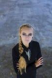 La chica joven hermosa en un vestido negro Fotos de archivo libres de regalías