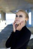 La chica joven hermosa en un vestido negro Imagen de archivo libre de regalías