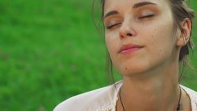 La chica joven hermosa es agua potable mientras que hace yoga almacen de video