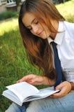 La chica joven hermosa está leyendo un libro Fotografía de archivo libre de regalías
