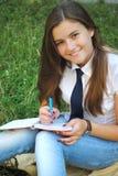 La chica joven hermosa está leyendo un libro Imagen de archivo