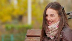 La chica joven hermosa está mirando la cámara y la sonrisa almacen de metraje de vídeo
