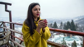 La chica joven hermosa goza de una taza de café caliente almacen de metraje de vídeo