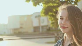 La chica joven hermosa pasa a través de la ciudad en la puesta del sol A mano tatuaje almacen de metraje de vídeo