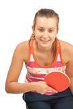 La chica joven juega a ping-pong foto de archivo libre de regalías