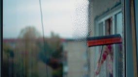 La chica joven lava ventanas primer almacen de video