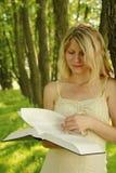 La chica joven lee la biblia Fotos de archivo