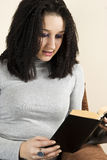 La chica joven leyó un libro Foto de archivo libre de regalías
