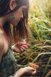 La chica joven linda con las pecas se cierra encima del retrato al aire libre imagen de archivo