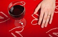 La chica joven linda escandinava da formar glas de un corazón y del vino Imagenes de archivo