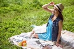 La chica joven linda está descansando en parque foto de archivo libre de regalías