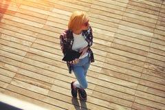 La chica joven linda pasa tiempo en el embarcadero, fotografiado en tableta Fotos de archivo