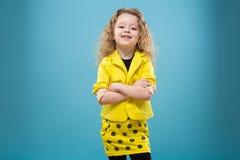 La chica joven linda vistió todos en amarillo Imágenes de archivo libres de regalías