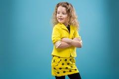 La chica joven linda vistió todos en amarillo Imagen de archivo