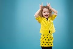 La chica joven linda vistió todos en amarillo Fotos de archivo libres de regalías