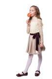 La chica joven lleva a cabo un lollypop espiral grande aislado Imagenes de archivo