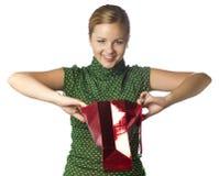 La chica joven mañosa sorprendida es bolso del regalo de la apertura Fotos de archivo libres de regalías