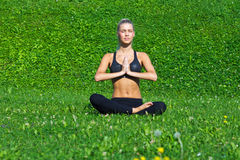 La chica joven medita en la posición de la yoga Fotos de archivo libres de regalías