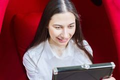 La chica joven mira en el espejo y las sonrisas Dientes blancos de la odontolog?a imagenes de archivo
