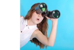 La chica joven mira la ciudad con los prismáticos Fotos de archivo libres de regalías
