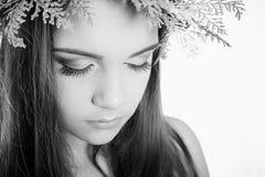 La chica joven modesta hermosa con maquillaje brillante, los ojos ahumados en el ` s del Año Nuevo enrruella del árbol de navidad Foto de archivo